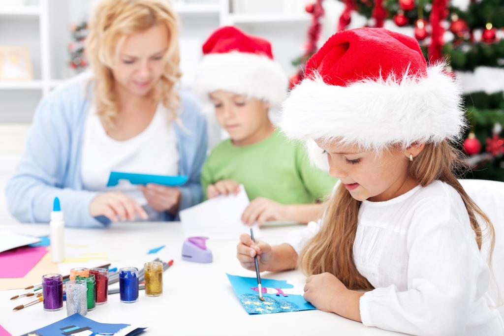 Kinder beim weihnachtlichen Basteln